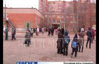 Школьников 55-й школы, чтобы спасти от коронавируса — морозят на улице