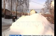 Коммунальщики превратили двор жилого дома в свалку для грязного снега