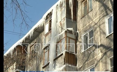 Гигантская сосулька с 5 по 2 этаж проросла в квартиры жителей