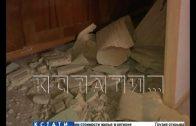 Коммунальщики так убирали снег с крыши, что у жителей потолки в квартирах попадали