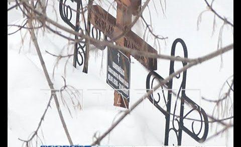 Коммунальный вандализм — грязным снегом с гаражного кооператива завалили кладбище