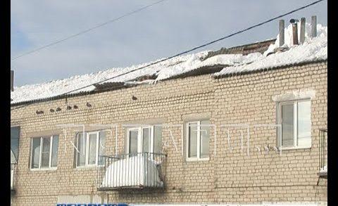 Под тяжестью неубранного снега провалилась крыша многоквартирного дома в Варнавино