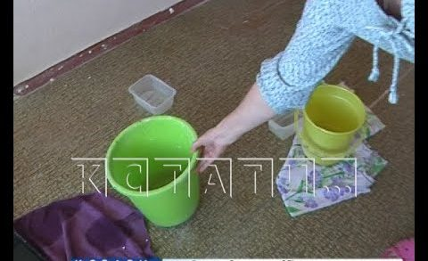 Расчищая крышу, коммунальщики устроили потоп в квартирах жителей