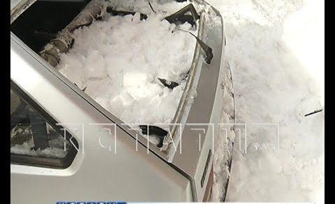 Снежная лавина со второй попытки раздавила припаркованный автомобиль