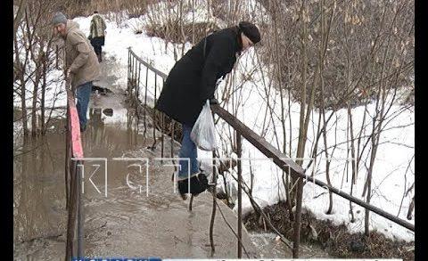 Старики и дети ходят по перилам затопленного моста в Советском районе