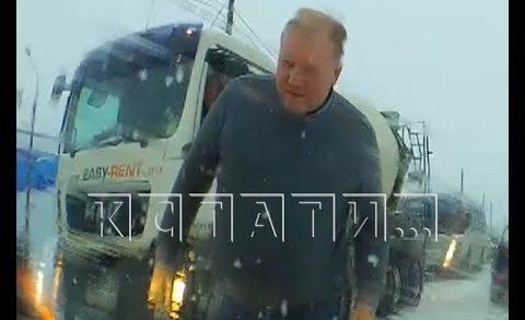 Авто-хам, пытавшийся сбежать и задавить пострадавшего водителя, не сумел убежать от наказания