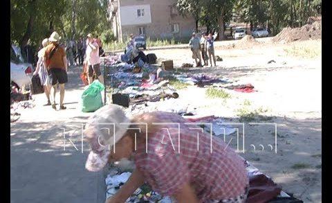 На месте рухнувшего дома на улице Самочкинка вырос стихийный рынок