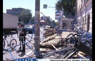 Строительные леса, на которых ремонтировали фасад дома рухнули на остановку общественного транспорта