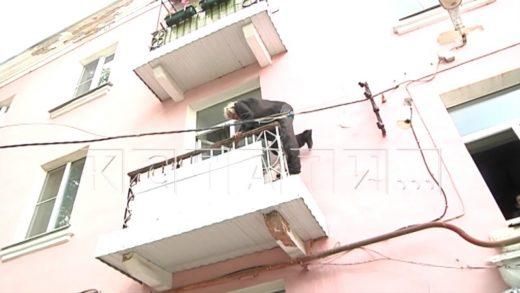 70-летний пенсионер завалил свою квартиру мусором настолько, что ему приходится лазать через балкон