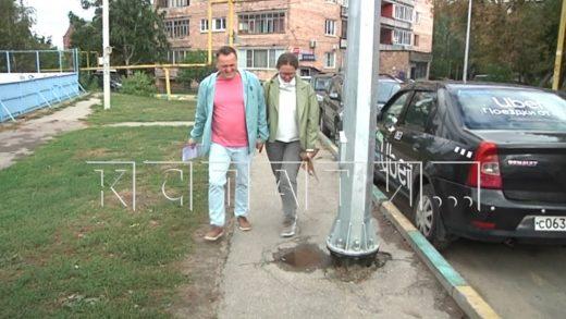 Столбы посреди пешеходной дорожки разместили на улице Суетинской