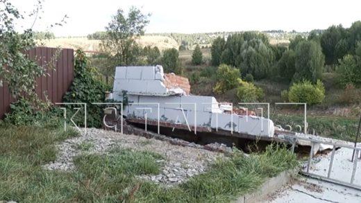 Жить в постепенно проваливающемся в бездну доме приходится жителям деревни Караулово